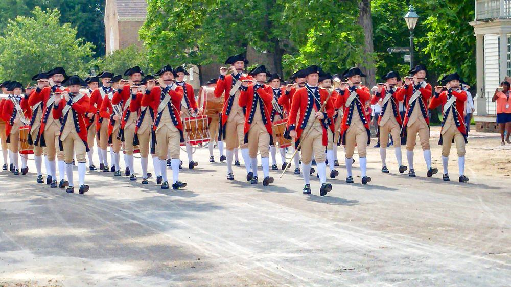 fifes and drums in street colonial williamsburg