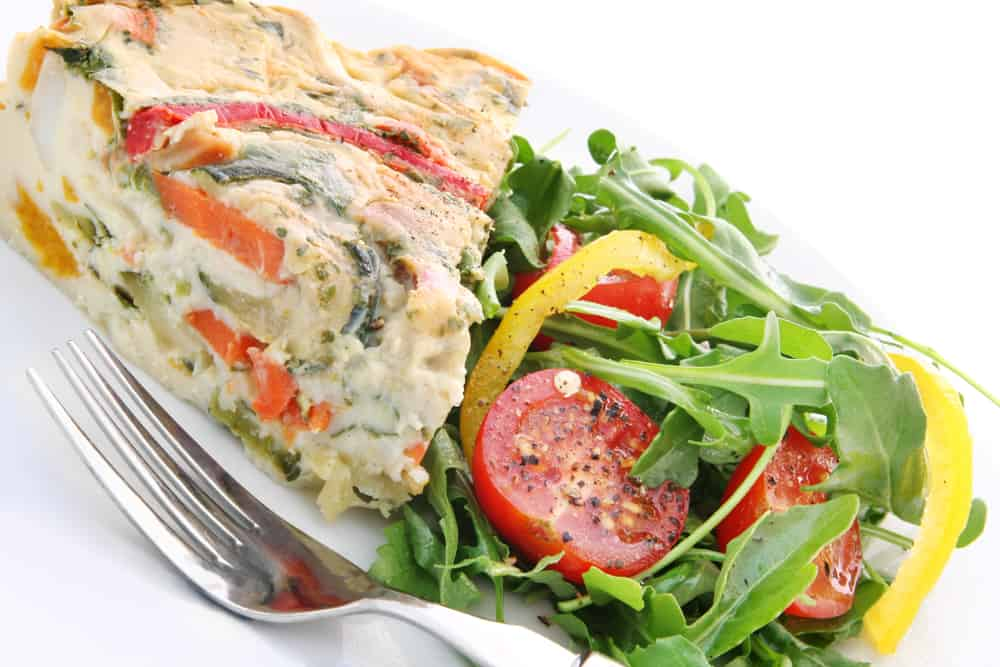 Quiche with tomatoes and green spinach as a no-cook camping meal